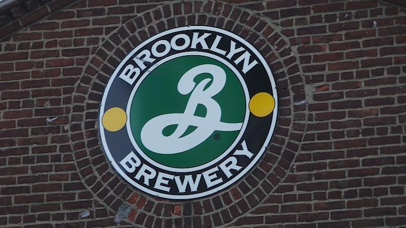 Ein köstliches Bier gibt es gleich um die Ecke, bei der Brooklyn Brewer