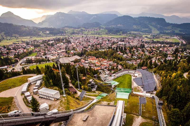 Oberstdorf von der Schattenbergschanze aus gesehen. Hier beginnt traditionell die Vierschanzentournee