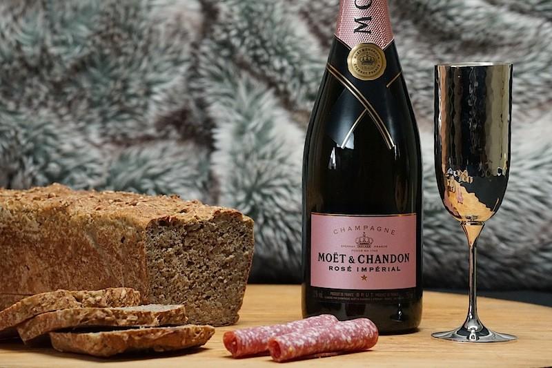 Eine einfache Brotzeit, warum nicht einmal mit einem Champgner genossen. Hier der Moët & Chandon Impérial Rosé, natürlich stilecht im Robbe & Berking silbernen Champagnerkelch
