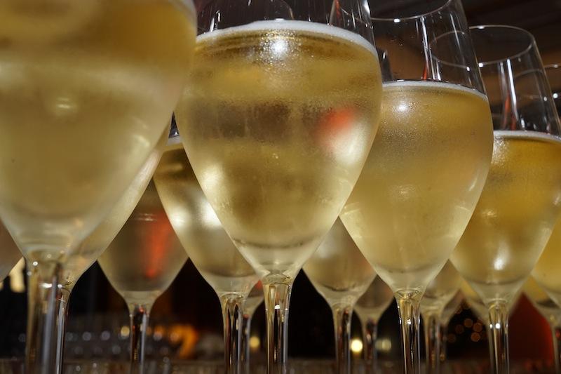 In der Lobby Lounge des Breitenbach Hof sind die Gläser gefüllt und warten auf die Gäste
