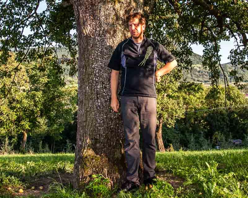 Jörg Geiger unter einem 200 Jahre alten Birnbaum. Seine Lieblingssorte ist dasStuttgarter Geißhirtle. Die kleinen Tafelbirnen sind für ihneine wichtige Geschmackserinnerung aus der Kindheit