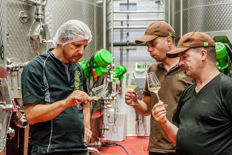 Die Abstimmung von Cuvée Nr. 22, gemeinsam mit Fruchtsafttechniker Martin Wolf und dem gelernten Koch Martin Recher – beide Geheimnisträger derRezepturen