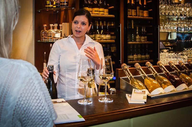 Mitarbeiterin Lorena Weinmann führt uns durch das umfangreiche PriSecco Sortimen