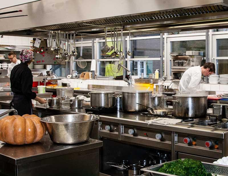 Mit Volldampf zurück in die Regionalität. In diesen Töpfen der modernen Jagdhaus-Küche köchelt nur, was aus der Region ist