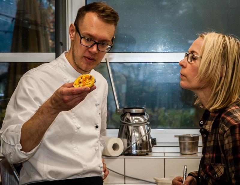Dreierlei vom Kürbis. Christian Fleuter mit Angela Berg in der Jagdhausküche