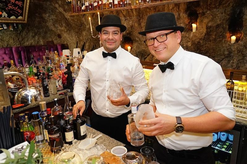 Willkommen in der größten Gin-Bar der Welt. Robert (re.) und sein Barkeeper-Team kreieren einmalige Gin-Variationen