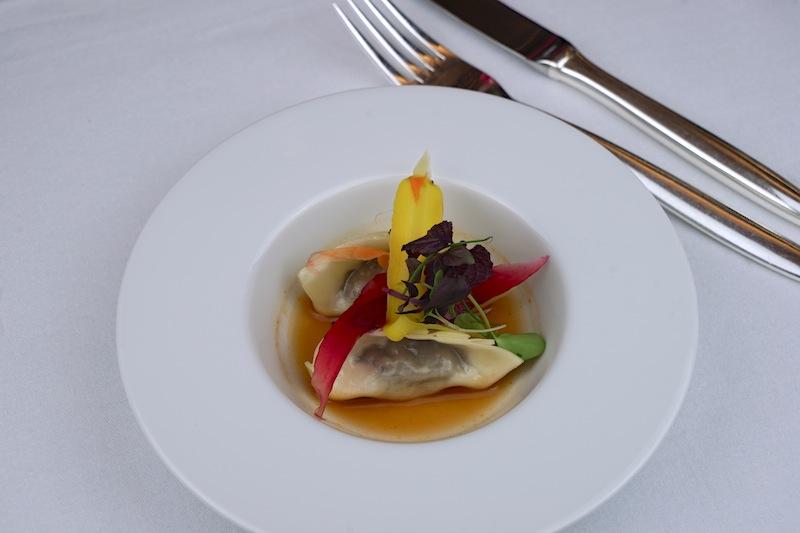 Auch das Auge isst mit. Verführerische Farben auf dem Teller. Eine Kreation vom Chef de Cuisine Ben Dayag vom Restaurant Nikkei Nine im Fairmont Hotel Vier Jahreszeiten in Hamburg