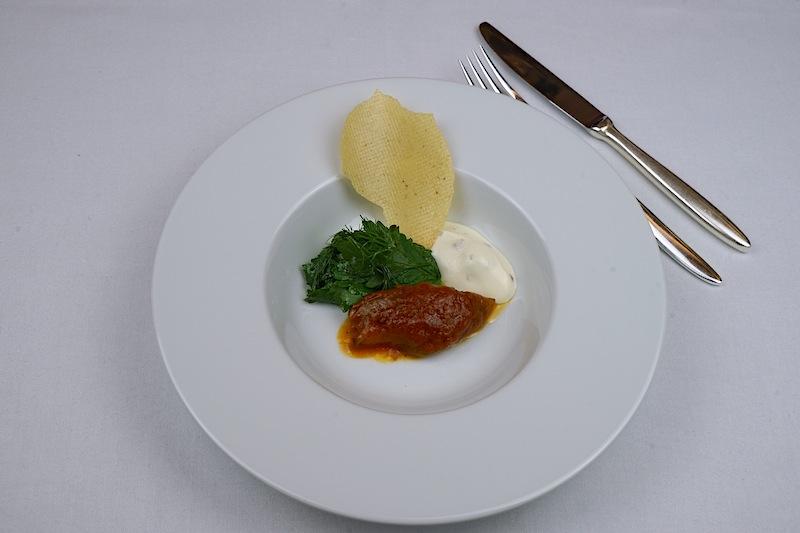 Ali Güngörmüs Kreation - Gewürz Aubergine, Maulbeerjoghurt, Korinander-Minzsalat und Papadam