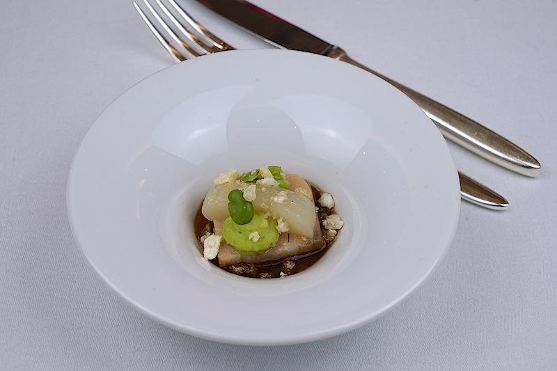 """Der Sous Chef der Brasserie """"1806"""" Felix Sander frohlockte mit Jakobsmuschel, Birne, Bohne und Speck"""