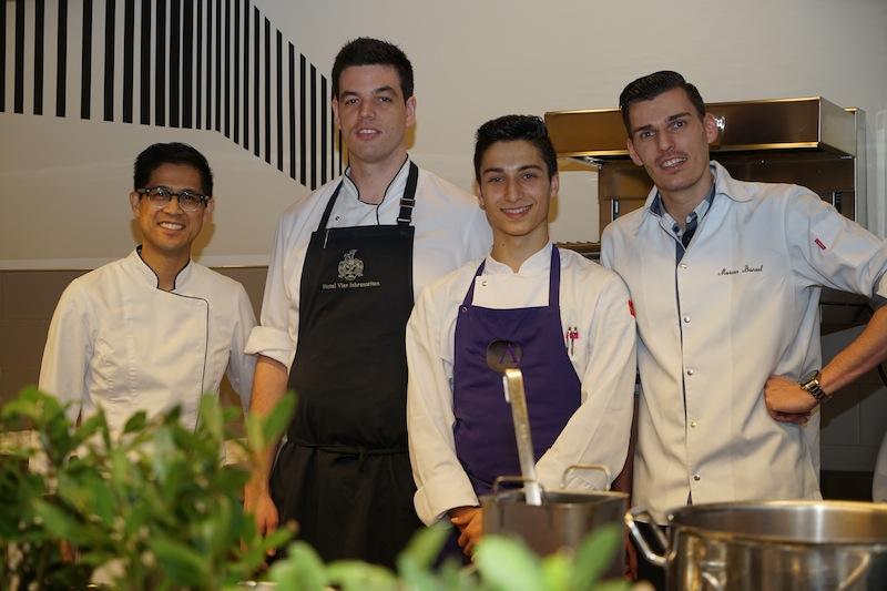 Ben Dayag (re.) und Markus Bunzel (li.) trafen sich vor dem Start der Küchenparty mit ihren Team-Kollegen in der Molteni Show-Küche