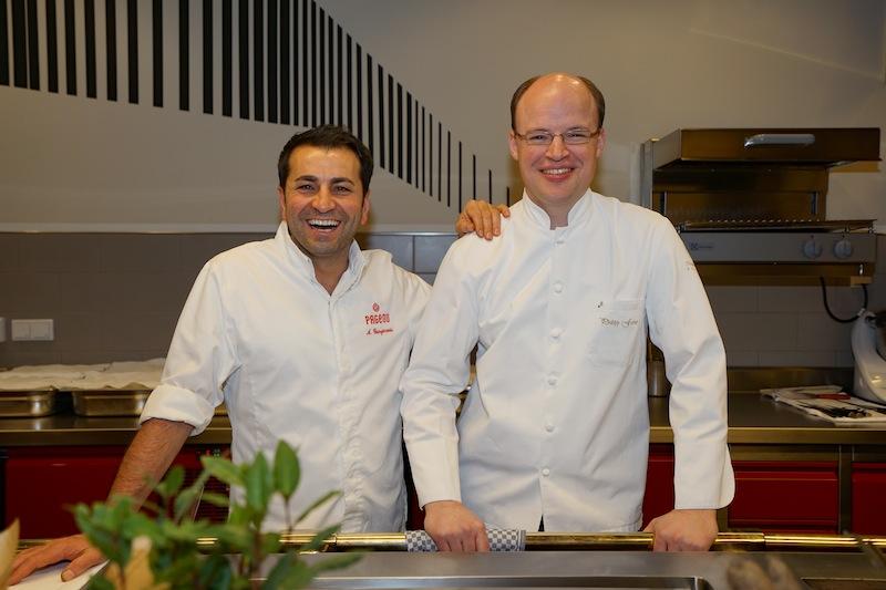 Ali Güngörmüs (li.) und Philipp Ferber (re.) haben wir für einen Schnappschuss in der Molteni Show-Küche angetroffen
