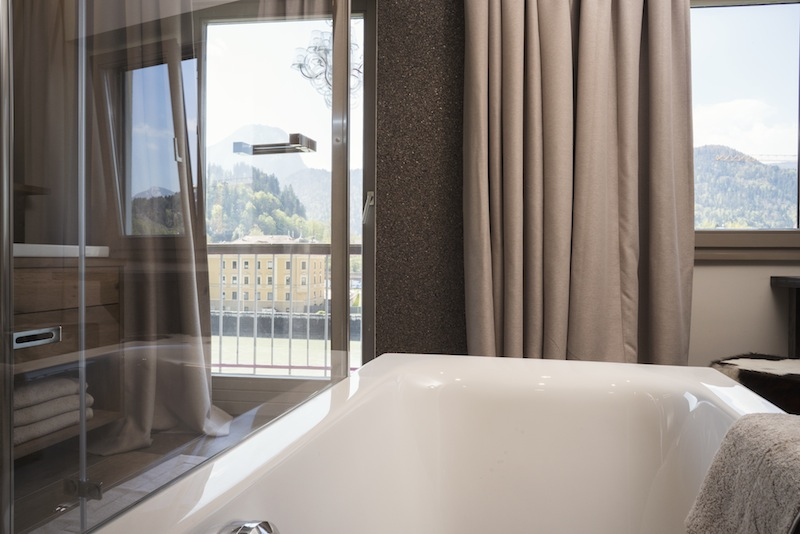 Zwei Übernachtungen in einem schönen Fluss- und Bergblick Zimmer Deluxe - von hier aus, liegend in der Badewanne, kann man die Berge und den Fluss sehen