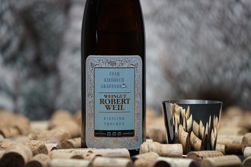 Zu Austern muss es nicht immer Champagner sein, ein 2010er Kiedrich Gräfenberg Riesling trocken GG des Weinguts Robert Weil harmoniert ebenfalls sehr gut zu Meeresfrüchten wie Austern