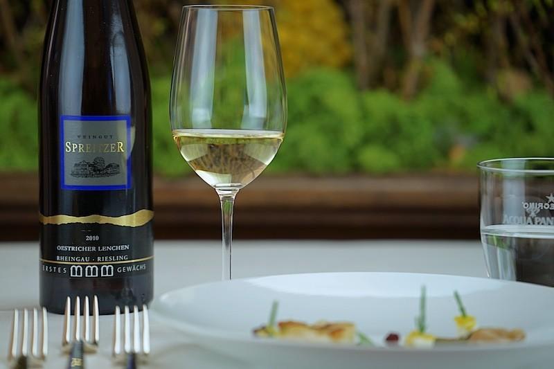 Der großartige Riesling vom Weingut Spreitzer, ein 2010er Oestricher Lenchen GG untermale ebenfalls Simons Jakobsmuschel