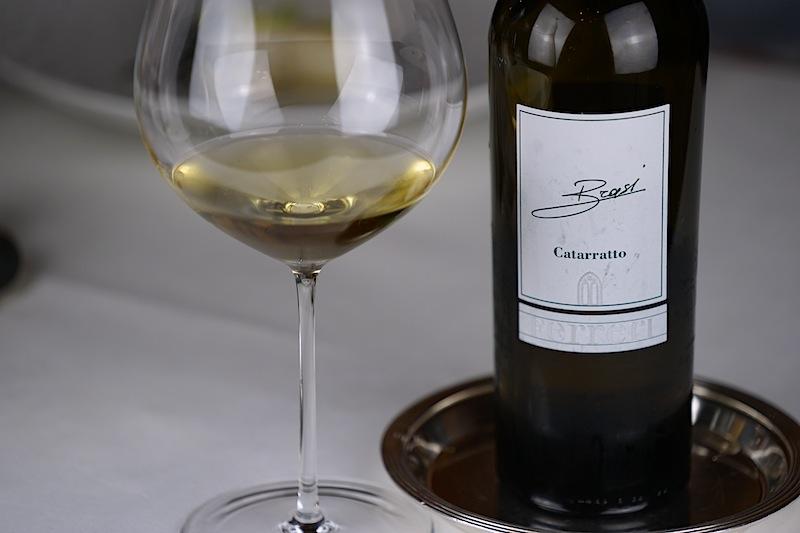 Die Trauben der Caterrato Brasi reiften unter der Sonne Siziliens, der Wein in kleinen Kastanienfässern