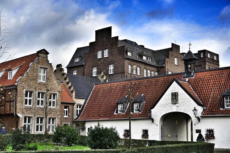 Auch die Kulissen der Häuser in Kaiserswerth sind sehr beeindruckend