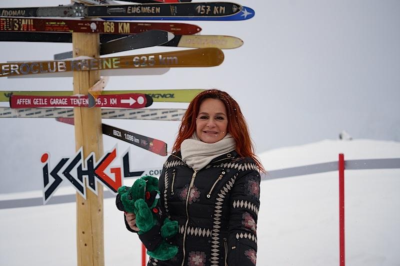 Andrea bereit zum Schnappschuss am markanten Skibaum