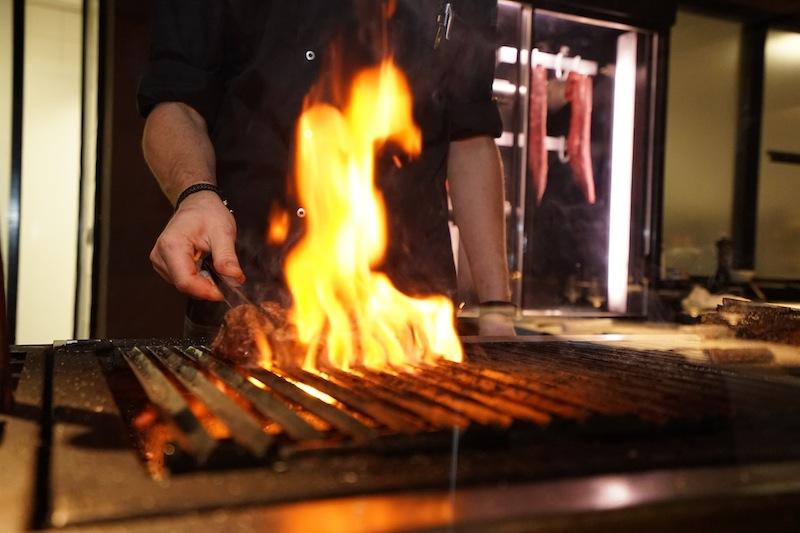 Auf dem Holzkohlegrill im Restaurant The Saint werden die wohl besten Steaks der Region gegrillt