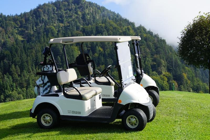 Auf dem Golfplatz Reit im Winkl-Kössen stehen die verschiedensten Fortbewegungs- und Transportmittel zur Verfügung. Hartgesottene können jedoch auch per Cartbag den Platz umrunden