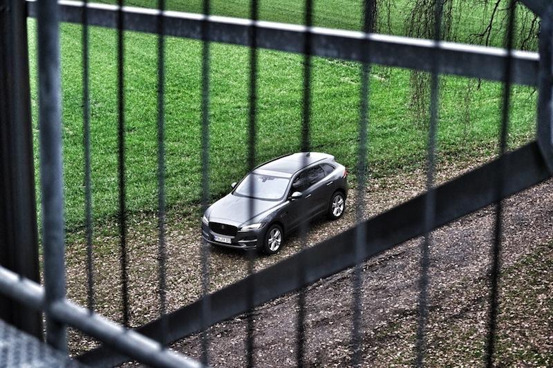 Der Jaguar F-Pace 30d AWD gehört keinesfalls hinter Gitter, denn bei vernünftiger Fahrweise fährt begnügt er sich mit etwas knapp über 7 Litern auf 100 Kilometer