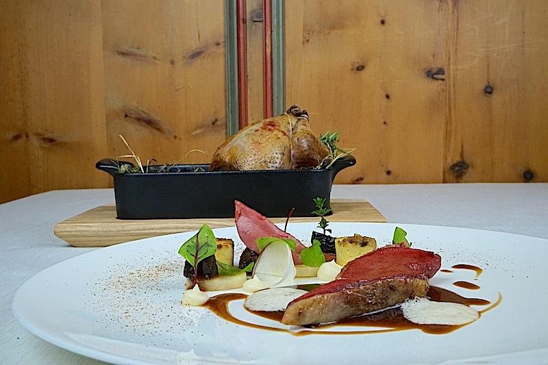 Heimatverbundenheit: Hier hat sich die Bauernente auf ihrem Heubett einmal aus der Küche gewagt. Tiroler Köstlichkeiten als Augenweide sowie als Hochgenuss