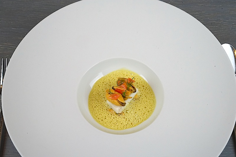 Ein Kunstwerk aus: Seezunge mit Curry und Muscheln