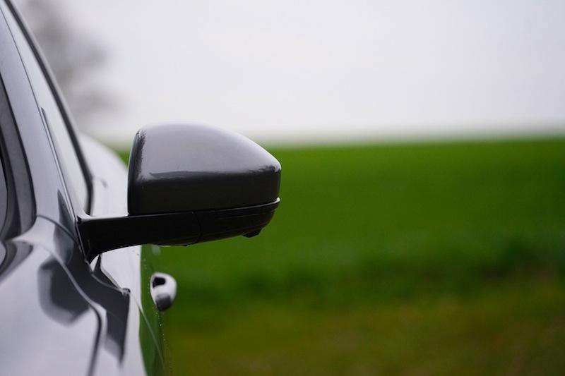 Auch für den Jaguar F-Pace - wie viele seiner Mitstreiter - ist die linke Spur in den Autobahnbaustellen tabu. Ohne Spiegel ist er kanpp unter zwei Meter breit, mit Spiegeln jedoch deutlich rüber
