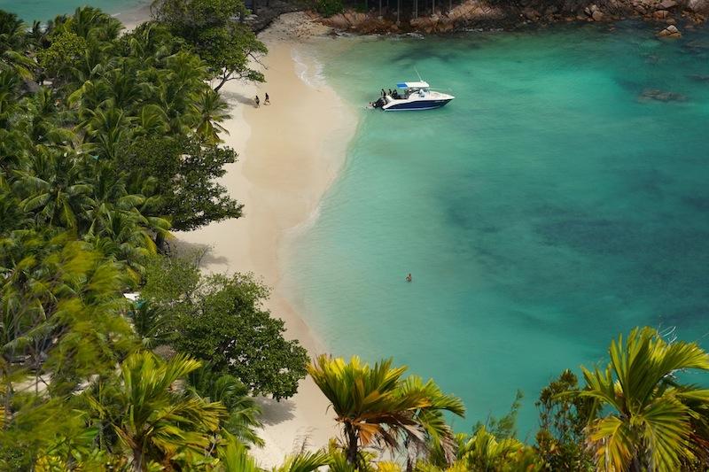 ... wunderschönen und fast menschenleeren Strand mit der Takamaka Beach Bar vom Luxushotel Constance Lemuria