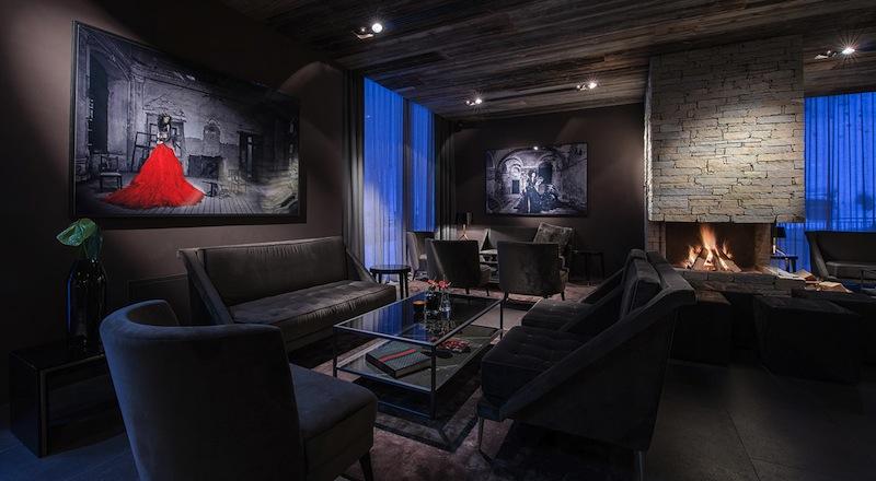 Eine heimelige Gemütlichkeit einer eleganten Alpen-Lodge