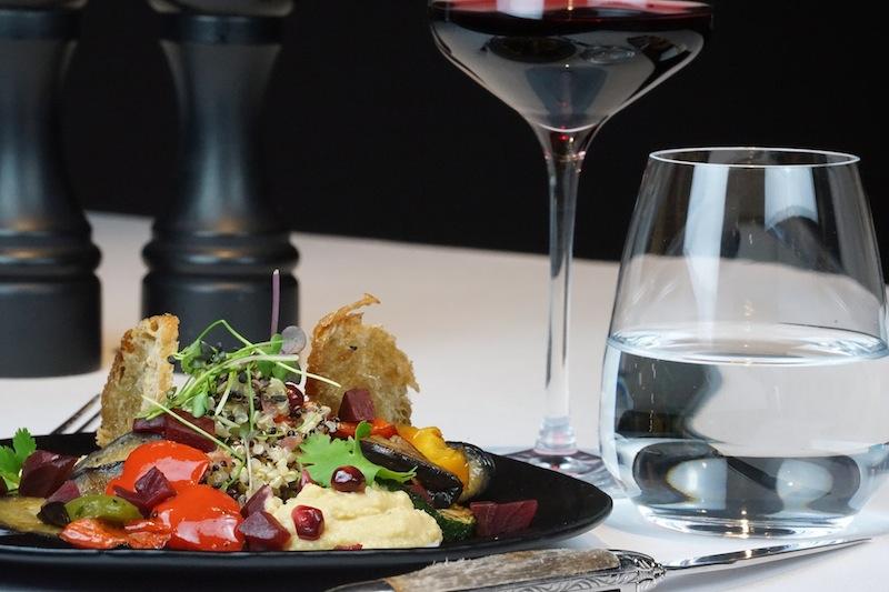 Superfood Salat: Hummus, Quinoa, Grillgemüse, Sesam Cracker und Granatapfelkernen - gesund und schmackhaft