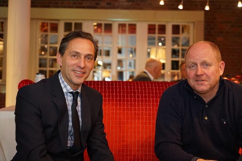 Inhaber Heiko Löfken (li.) und Herausgeber Andreas Conrad (re.) nahmen in der Kaminhalle Platz für einen Afternoon-Tea