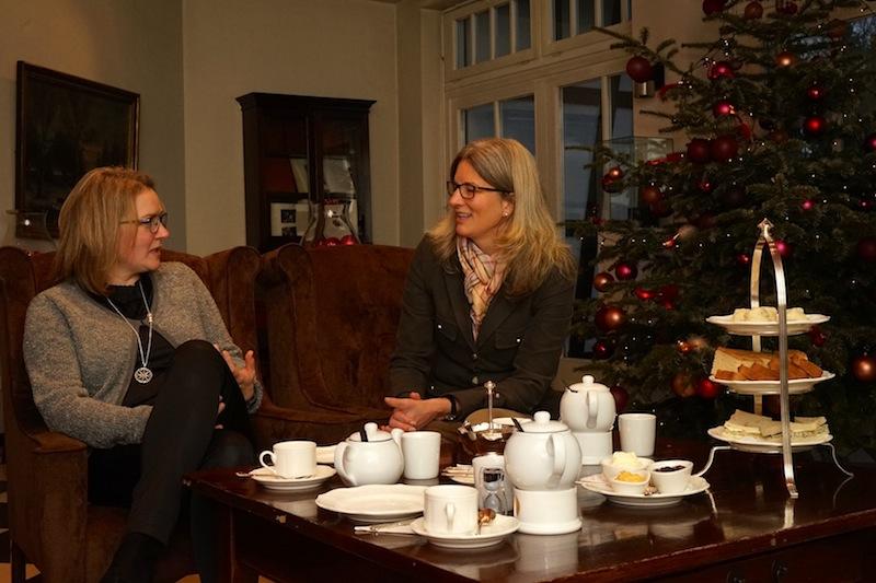 Tea-Time mit Inhaberin Christine Löfken (re). Urgemütlich, nicht nur zur Weinachtszeit
