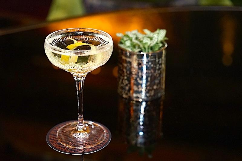 Der ATLAS Martini: 60 ml Ford Gin, 15 ml Mancino Bianco Wermut, 5 Spritzer Champagneressig und 2 Striche von Scrappy's Orange Bitters