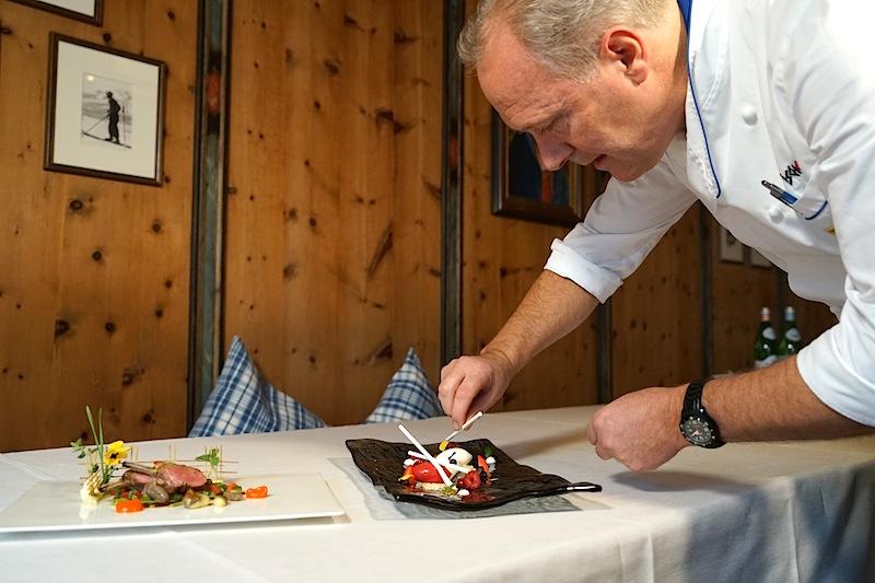 Gault-Millau ist Jahr für Jahr von der Kochkunst des talentierten Küchenmeisters beeindruckt: 3 Hauben Koch Martinen Sieberer hier beim Aufbau der Fototeller