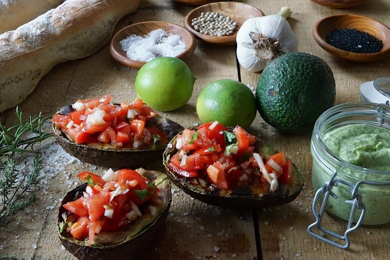 Gegrillte Avocado, gefüllt mit Tomaten, Zwiebeln und feinen gewürzen