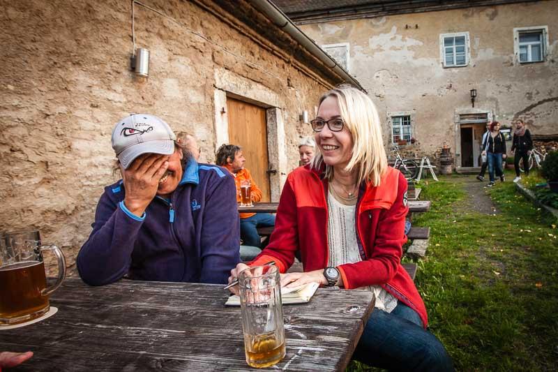 Vor allem beim Zoigl-Bier kommt man mit den Oberpfälzern schnell in Kontakt. Zufallsbekanntschaft Josef ist mit dem Fahrrad da und kennt Historisches und Lustiges rund um die Zoigl-Kultur in der nördlichen Oberpfalz