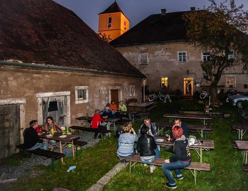 Bodenständige Kultur. Herzhafte Küche und süffiges Bier im Garten des alten Pfarrhofs in Altenstadt