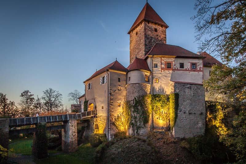 Burg Wernberg bei Nacht. Das Relais & Chateau Hotel, in dem man heutzutage auf das angenehmste dem besonderen Burgambiente nachspüren kann und die Brautradition des Zoigls stammen beider aus dem Mittelalter
