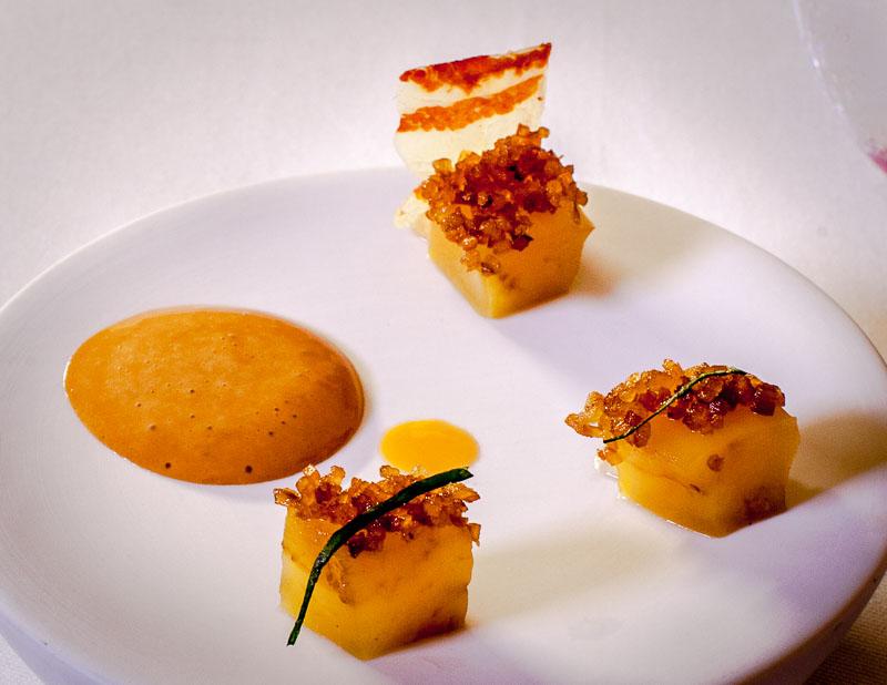 Gruß aus der Küche. Aubergine einmal fruchtig mit herzhaft salzigem Pancetta