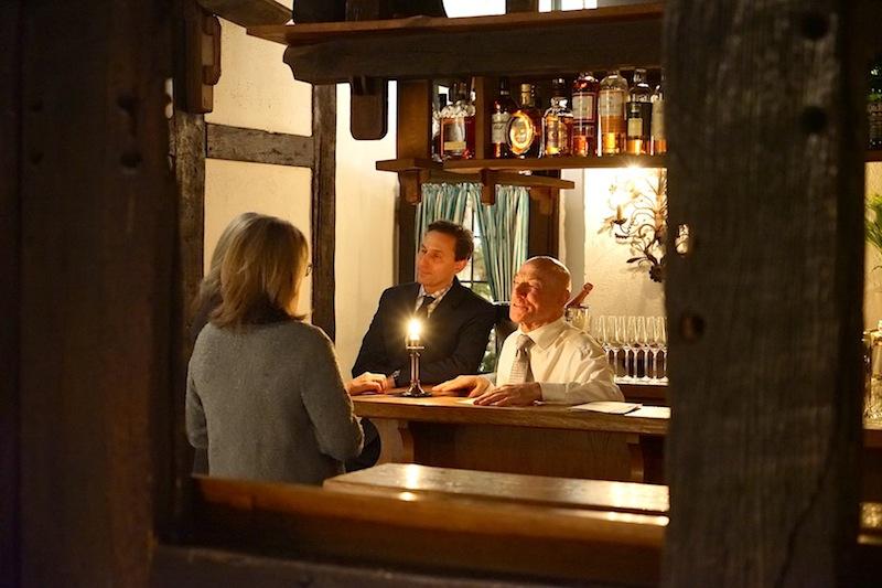 Herr über die urige Bar Lindentenne ist Barkeeper Charly, der zum lebendigen Inventar des Hauses gehört. Sein Gespür für die Wünsche der Gäste macht ihn einfach unersetzlich