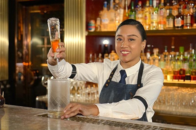 Bartender Yana Binte Kamaruddin kennt eine große Anzahl an Cocktailvarianten aus dem FF. Ein Blick in die ATLAS-Fibel kommt nur noch selten vor