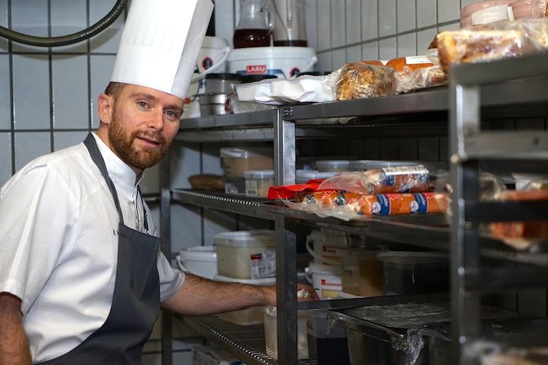 """In seiner Kühlkammer greift Chefkoch Daniel Groß auf ein umfangreiches Repertoire an """"Rolingen"""" zu und veredelt jene zu traumhaften Genüssen"""