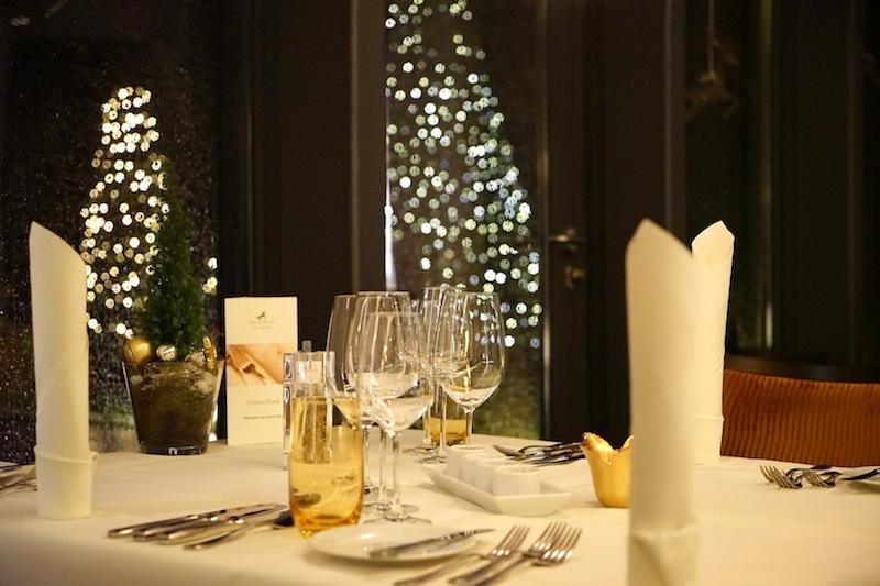 Geschmackvoll gedeckte Tische fügen sich harmonisch ins Gesamtbild ein