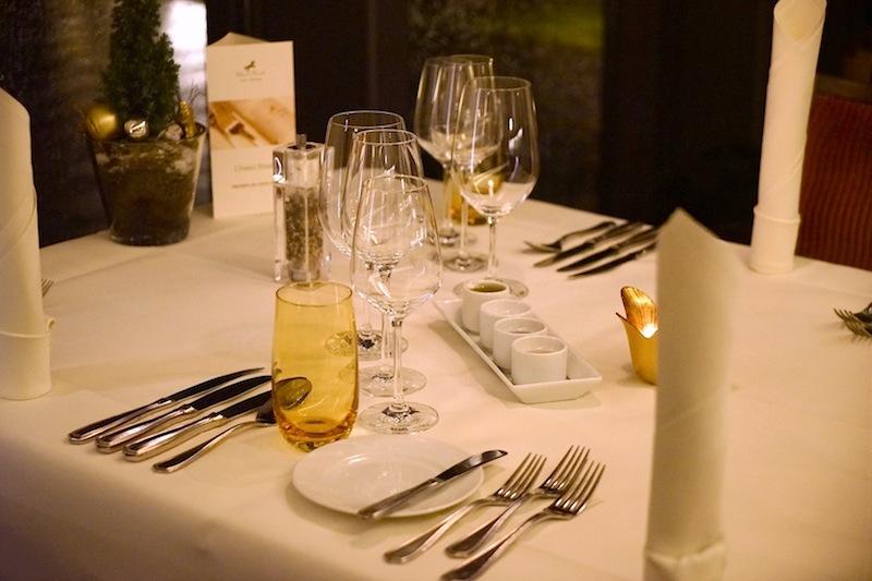 Im Chesa Rössli sind die Tische fein gedeckt. Olivenöl, Fleur de Sel, schwarzen Salz aus Zypern und rotes Salz aus Hawaii gehört dazu