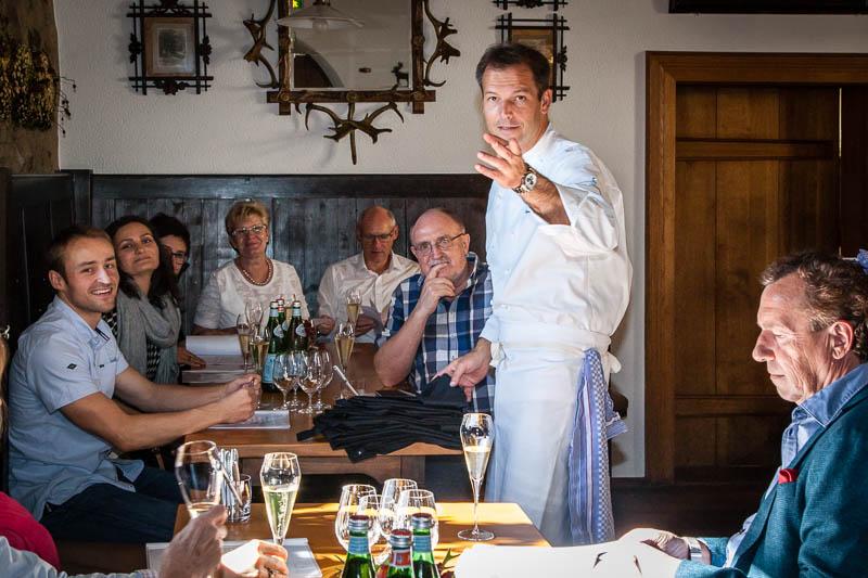 Die Einweisung der Kochklasse. In der Burgschänke werden die Teilnehmer von Thomas Kellermann auf ihre kulinarischen Aufgaben eingestimmt