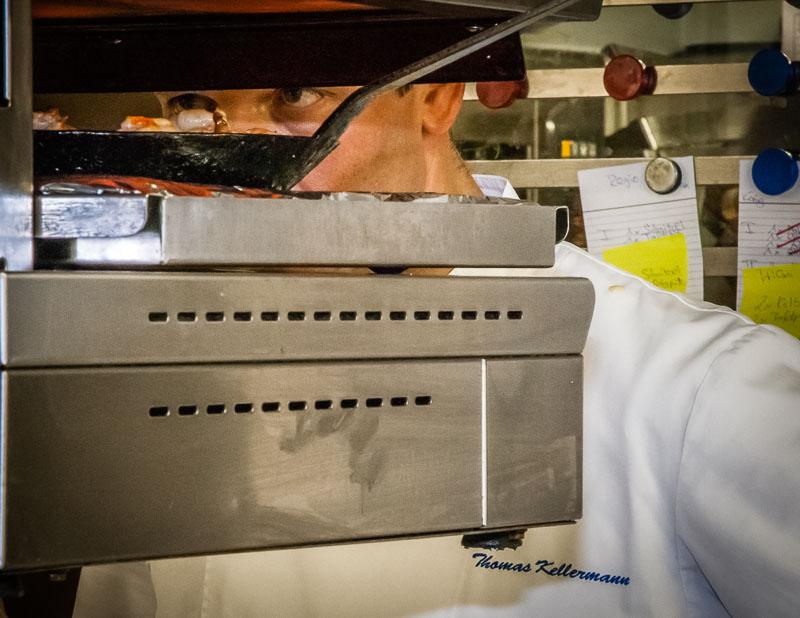 Und immer dieser Blick! Nicht nur Mitarbeiter oder Kochkursteilnehmer spüren ihn. Auch die Langostinos im Salamander (einem Ofen mit starker Oberhitze) werden mit den Augen fixiert!