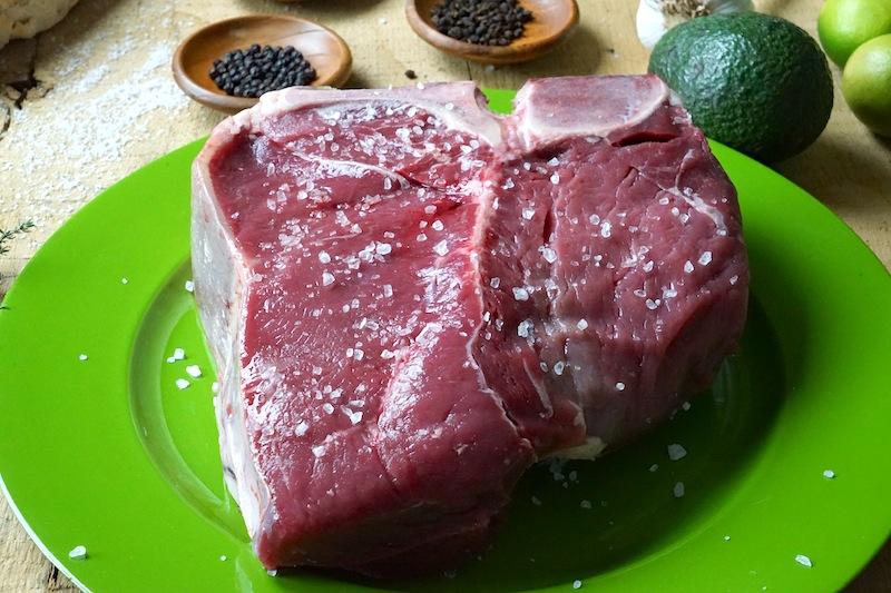 Die Vorbereitung des dry aged T-Bone Steak ist fast abgeaschlossen