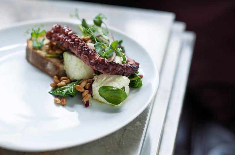 Neben erstklassigen Sprituosen darf man sich als Gast auch auf außergewöhnliche Gerichte freuen