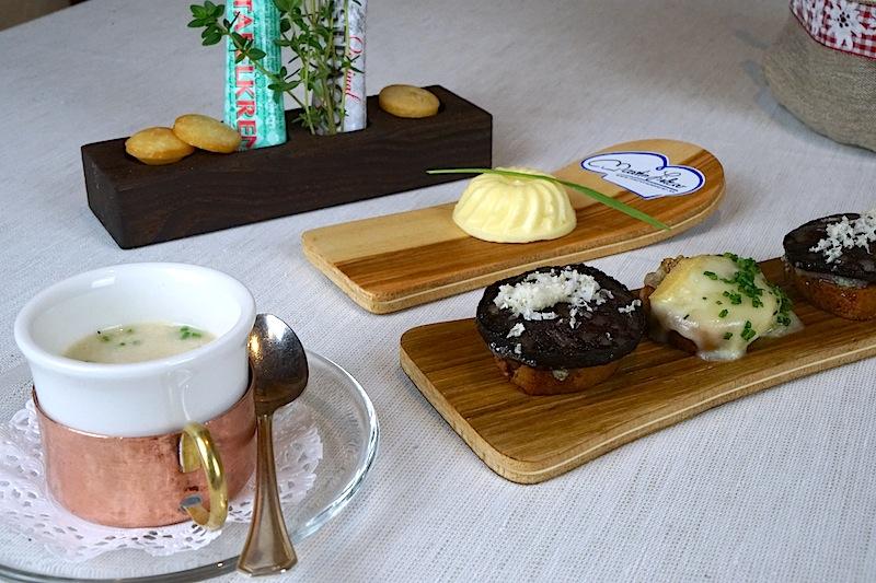 Gruß aus der Küche in Form von Gerstlsuppe, Blunzen- und Raclettebrot am Holzski