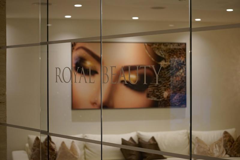 Schon der Empfangsbereich des Beauty-Center im Trofana Royal ist eine Augenweide, edel wirkende Weiß- und Goldtöne